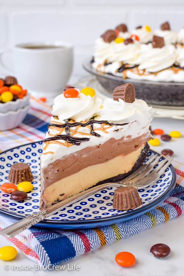 Chocolate Peanut Butter Pie - the creamy layers of peanut butter and chocolate in a chocolate cookie crust will have everyone going back for another slice. Great recipe to make for dessert when it is hot outside! #pie #peanutbutter #chocolate #nobake #pieday #chocolatepeanutbutter #reeses