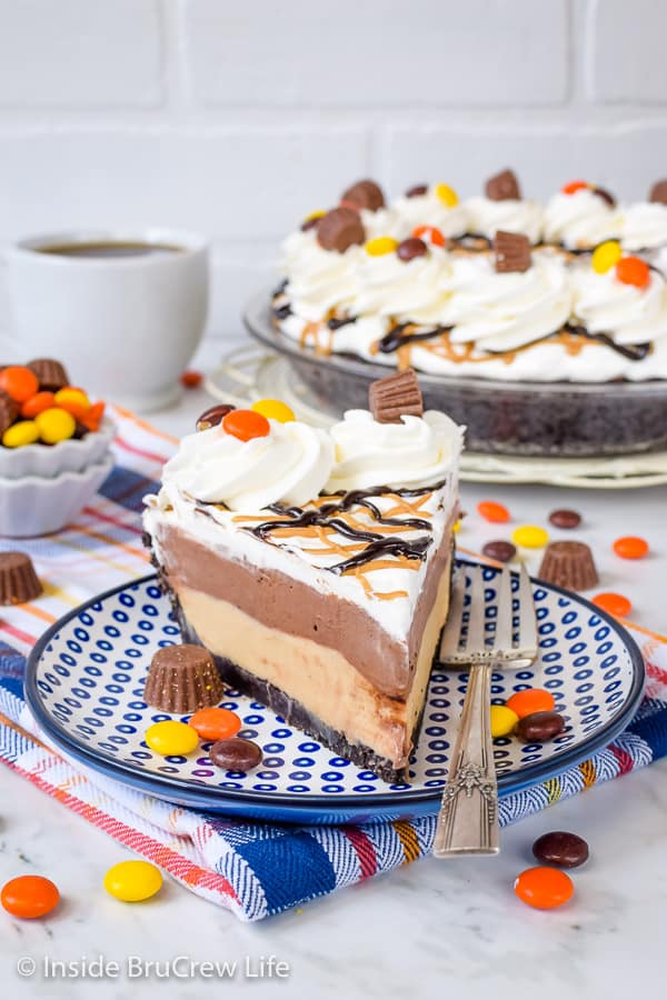 Chocolate Peanut Butter Pie - layers of peanut butter and chocolate in a cookie crust make this no bake pie a hit with everyone! Make this easy recipe when it is too hot to bake! #pie #peanutbutter #chocolate #nobake #pieday #chocolatepeanutbutter #reeses