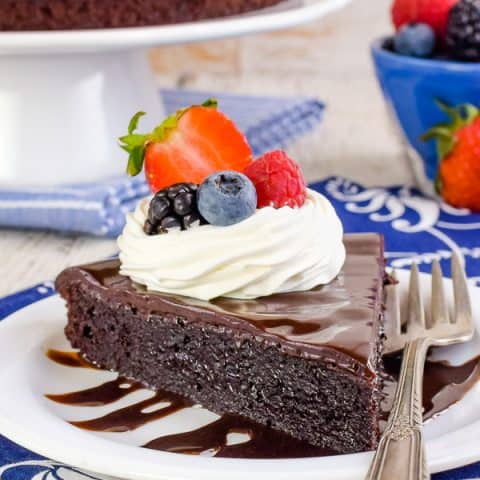 Best Flourless Chocolate Cake - this decadent chocolate cake is easy to make and is gluten free. It's the perfect dessert for chocolate lovers everywhere! Make this easy recipe and wow everyone at dessert! #chocolate #flourless #chocolatecake #easyrecipe #glutenfree