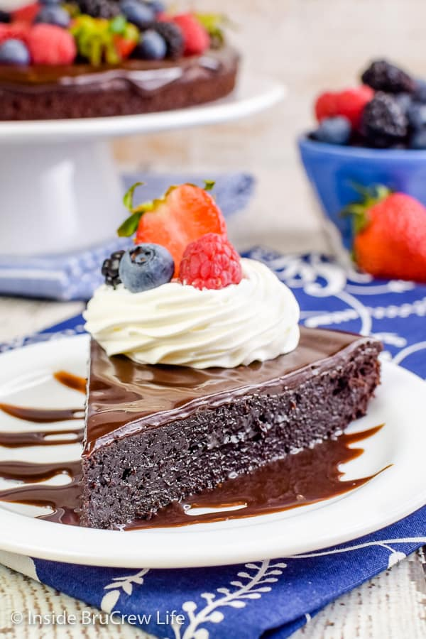 Best Flourless Chocolate Cake - this flourless chocolate cake looks and tastes amazing and it's so easy to make! Try this recipe and wow everyone at dessert! #chocolate #flourless #chocolatecake #easyrecipe #glutenfree