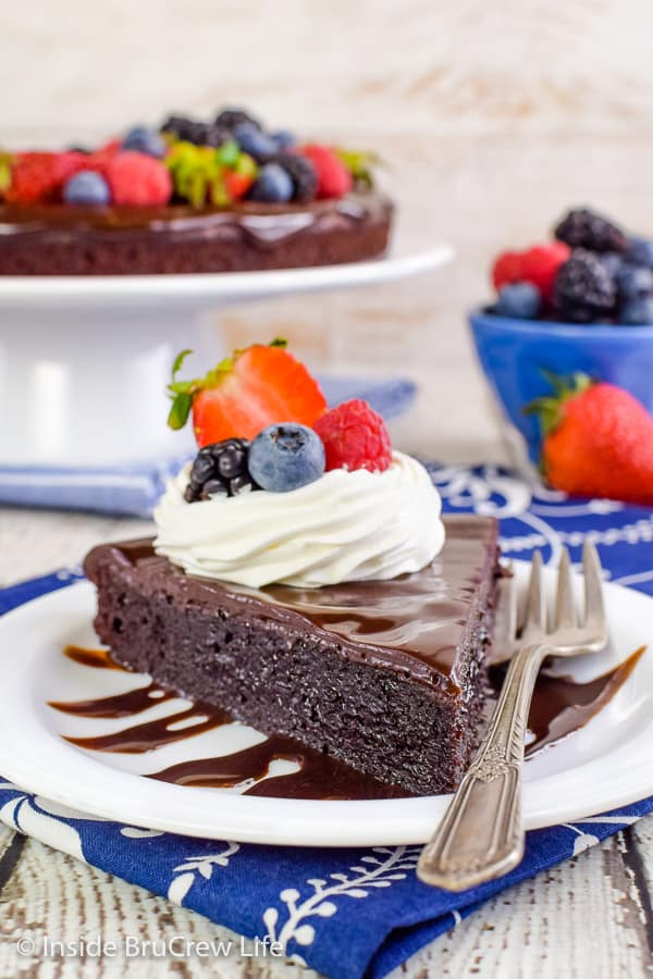 Best Flourless Chocolate Cake - the chocolate topping and fresh berries make this easy chocolate cake look like it came from the bakery. Make this easy recipe and watch everyone devour it!! #chocolate #flourless #chocolatecake #easyrecipe #glutenfree