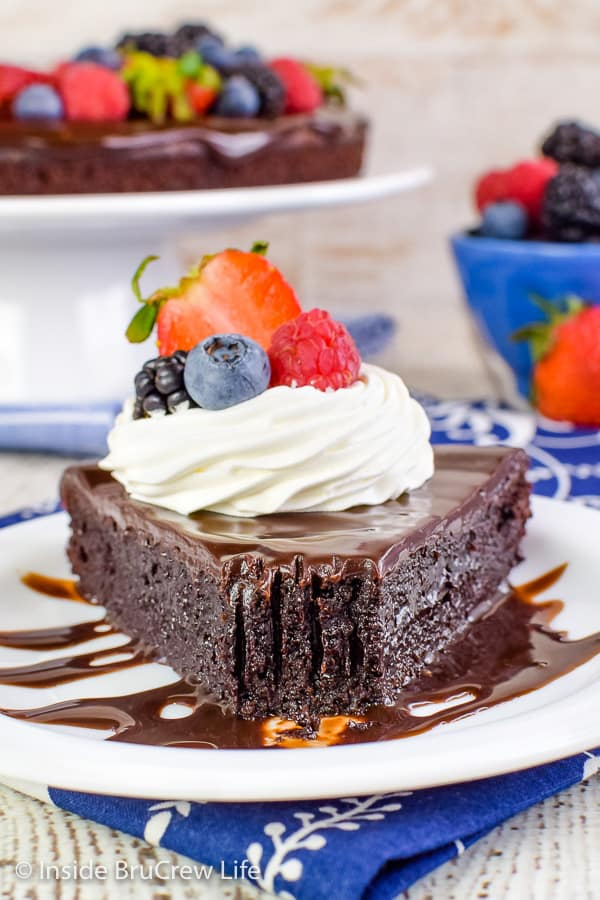 Best Flourless Chocolate Cake - the best chocolate cake is gluten free, topped with more chocolate and berries, and tastes amazing. Try this easy recipe for the chocolate lovers in your life! #chocolate #flourless #chocolatecake #easyrecipe #glutenfree