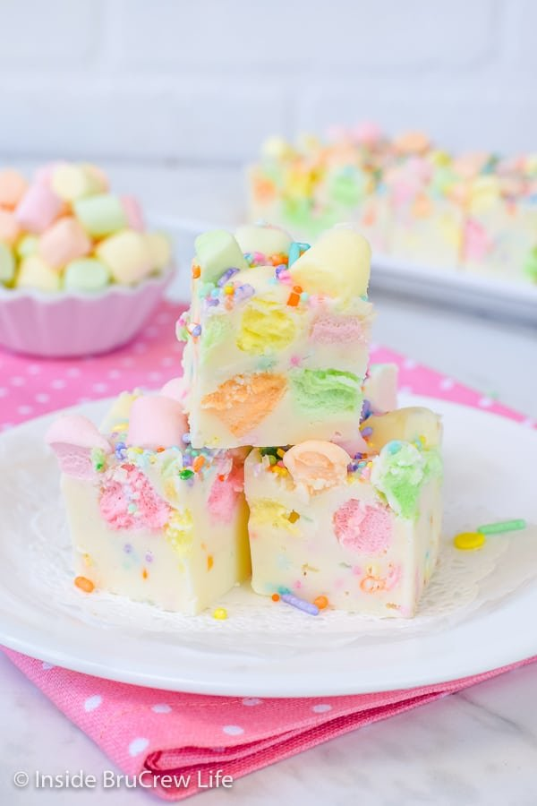 Easy Fruity Marshmallow Fudge - colorful marshmallows and sprinkles make this easy fudge recipe so pretty and delicious! Make this easy recipe for spring parties! #easter #twoingredientfudge #fudge #whitechocolate #fruitymarshmallows #easterfudge