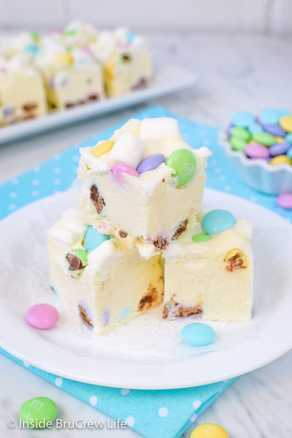 Marshmallow M&M's Fudge - this easy white chocolate fudge is stuffed with mini marshmallows and chocolate candies. Use different colors to make this fudge perfect for every holiday, party, or event. #fudge #whitechocolate #marshmallow #nobake #easyrecipe