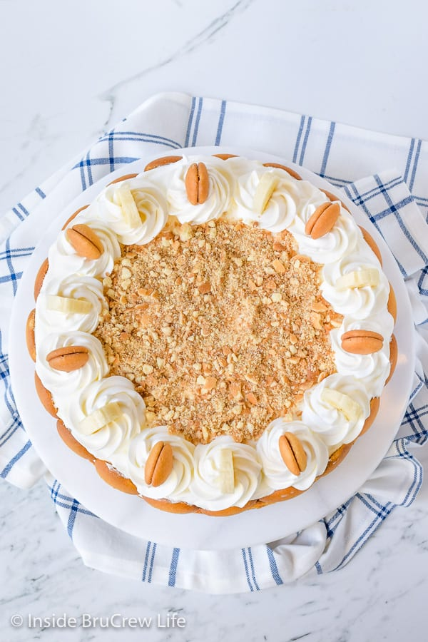 Banana Pudding Cheesecake - fresh bananas, easy banana pudding, and banana cheesecake creates an impressive and delicious dessert! Make this recipe for your next dinner party! #cheesecake #banana #bananapudding #cheesecakelove