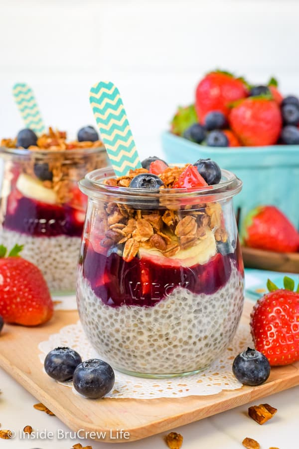 Chia Seed Pudding Parfaits - fresh fruit and granola adds a great flavor and texture to this easy and chia pudding. Try this healthy recipe for breakfast or afternoon snacks. #chiapudding #healthy #pudding #fruitparfaits