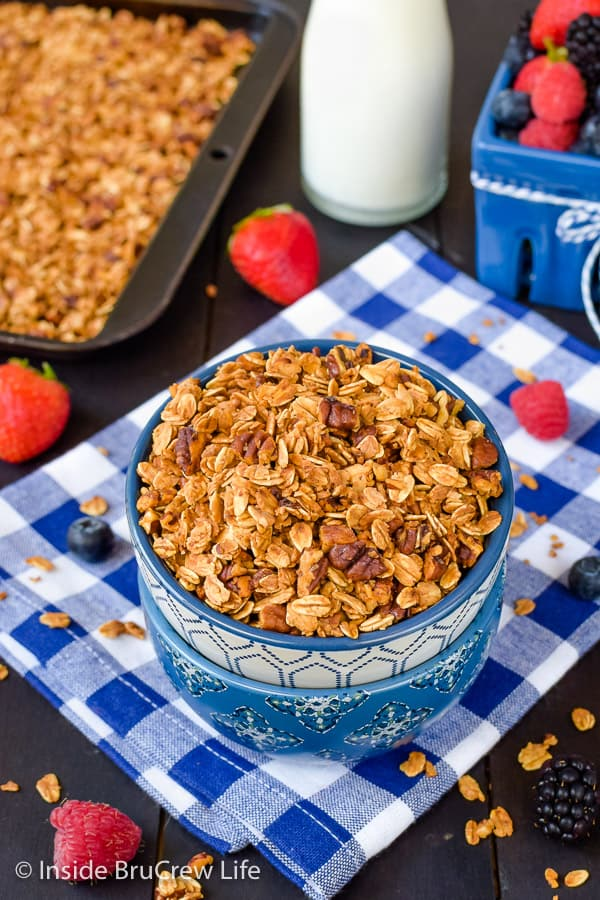 Honey Nut Granola - enjoy this crunchy homemade granola with milk, yogurt, or chia pudding! Great recipe to make for breakfast! #granola #homemade #breakfast #snackmix #honeynut