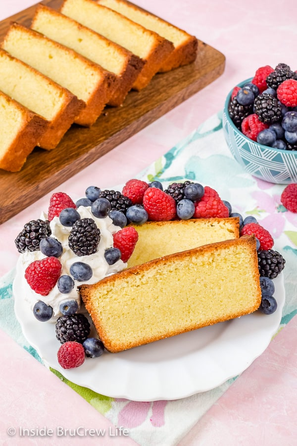 Best Vanilla Bean Pound Cake - vanilla bean paste gives this easy homemade pound cake a delicious vanilla flavor. Easy recipe to make for summer parties! #poundcake #vanillabean #summerdessert #homemade #easyrecipe
