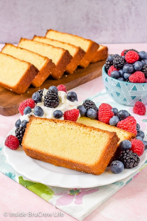 Best Vanilla Bean Pound Cake - serve fresh fruit and whipped cream with slices of this homemade pound cake. Easy recipe to make for summer parties! #poundcake #vanillabean #summerdessert #homemade #easyrecipe