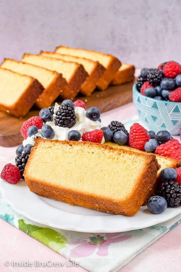 Best Vanilla Bean Pound Cake - this easy homemade pound cake is loaded with vanilla bean specks and flavor. Serve it with fresh fruit and whipped cream for a delicious summer dessert! #poundcake #vanillabean #summerdessert #homemade #easyrecipe