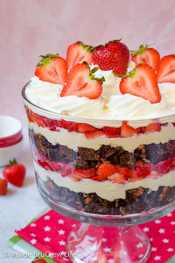Easy No Bake Neapolitan Cheesecake Trifle - chocolate snack cakes, no bake vanilla cheesecake, and strawberries make this no bake cake trifle an easy dessert for hot summer days! #caketrifle #nobakedessert #neapolitan #chocolate #strawberry #nobakecheesecake