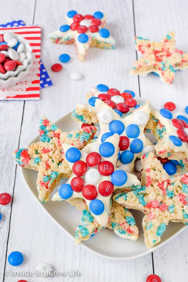 4th of July Rice Krispie Treat Stars - white chocolate and red white and blue candies make these easy no bake treats so fun and patriotic. Great recipe for 4th of July! #ricekrispietreats #patriotic #redwhiteandblue #nobake #4thofJuly