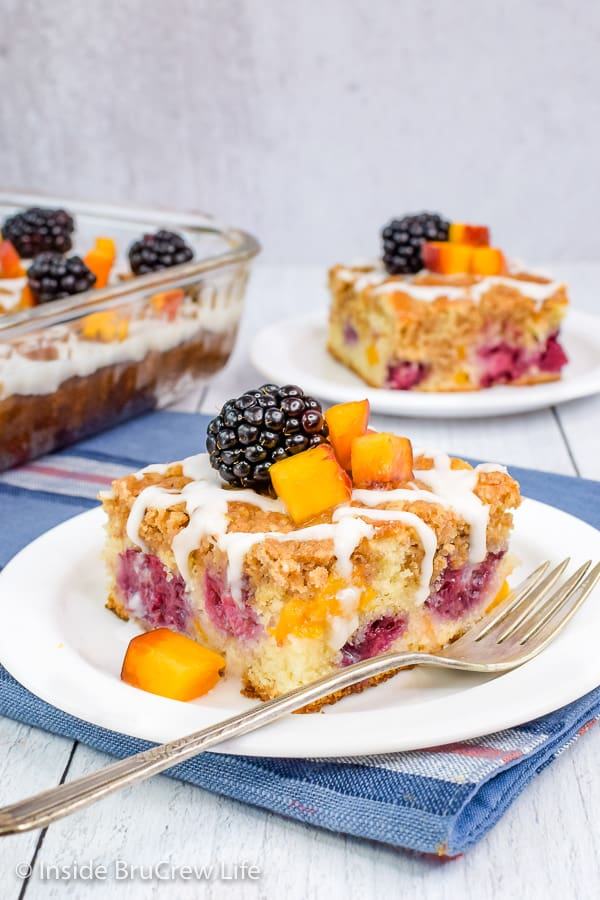 Peach Blackberry Coffee Cake- layers of fruit, streusel, and a sweet glaze make this coffee cake such a delicious treat. Try this easy recipe for breakfast or brunch. #coffeecake #breakfast #blackberry #peach