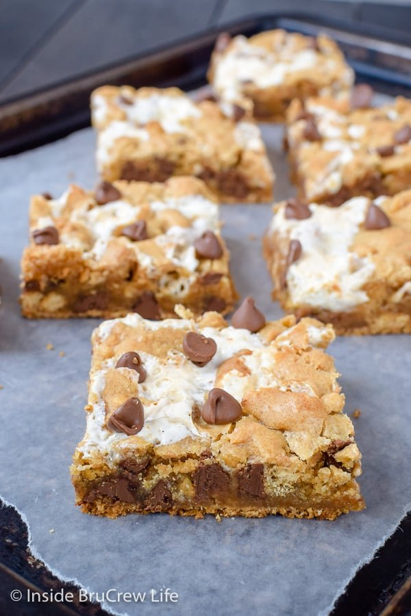 S'mores Swirled Blondies - swirls of marshmallow and chunks of graham crackers make these blonde brownies a summer dessert you need to try. This is the best recipe to make for bake sales or parties! #smores #blondies #blondebrownies #marshmallow