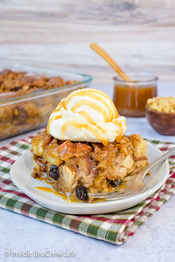 Easy Apple Bread Pudding - bread pudding with apples, walnuts, and raisins makes a great breakfast or dessert. Make this easy recipe and serve it with caramel and ice cream! #apple #breadpudding #fall #dessert