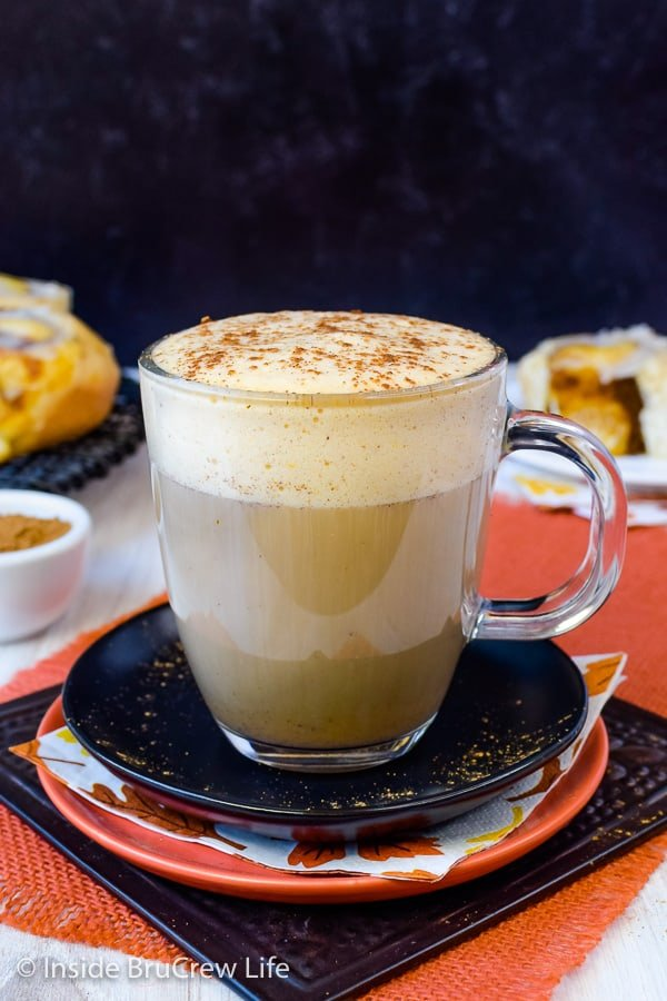 Sugar Free Vegan Pumpkin Spice Latte - enjoy a homemade pumpkin latte in a matter of minutes using just a few ingredients. Make this healthy coffee drink on chilly fall mornings and enjoy the health benefits! #pumpkinspice #latte #vegan #sugarfree #coffee #fall