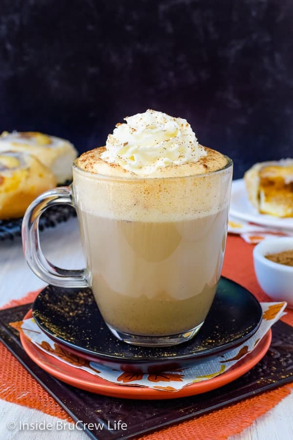 Sugar Free Vegan Pumpkin Spice Latte - this easy homemade pumpkin latte is made with just a few ingredients and tastes great. Try this easy recipe to save time and money this fall! #pumpkinspice #latte #vegan #sugarfree #coffee #fall
