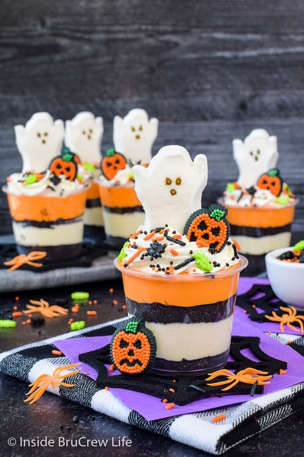 No Bake Halloween Cheesecake Parfaits - layers of no bake cheesecake and cookies make these easy cheesecake parfaits a fun treat to make for Halloween parties! #nobake #cheesecakeparfaits #halloween #spookytreats