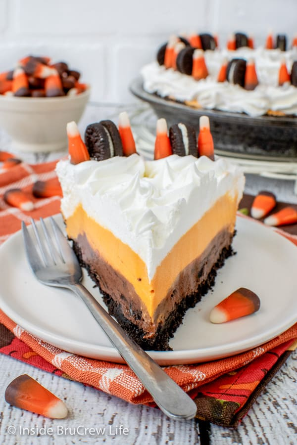 No Bake Halloween Oreo Cream Pie - this easy pudding pie has four layers of goodness in every slice. It is an easy no bake recipe to make for Halloween parties.