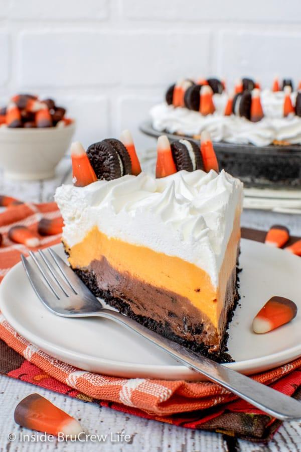 No Bake Halloween Oreo Cream Pie - this easy no bake pie has layers of Oreo cookies, no bake chocolate cheesecake, and vanilla pudding. Make this fun recipe for Halloween parties!