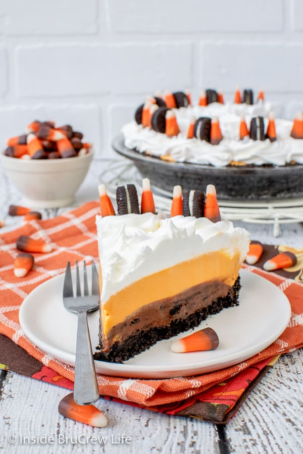 No Bake Halloween Oreo Cream Pie - an Oreo cookie crust filled with chocolate cookies and cream cheesecake and vanilla pudding makes this the perfect Halloween pie. Easy recipe for parties.