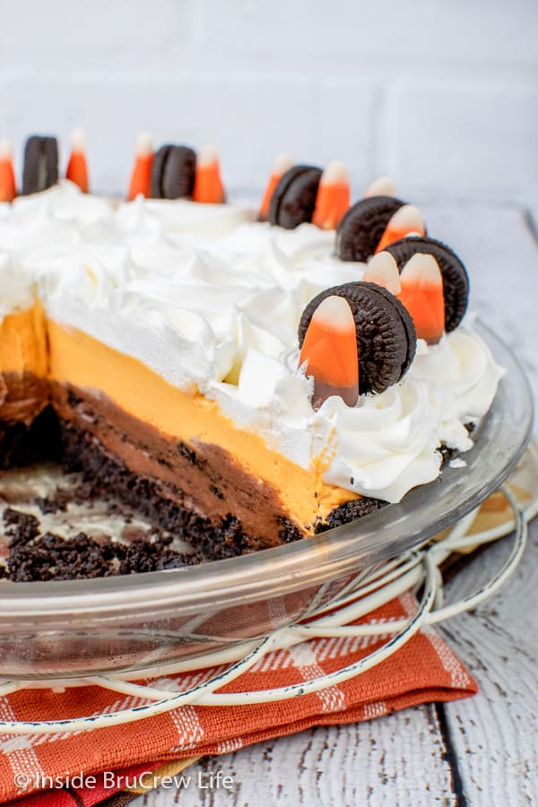 No Bake Halloween Oreo Cream Pie - layers of chocolate cookies and cream cheesecake, vanilla pudding, and an Oreo crust make this such a fun and colorful pie for Halloween.