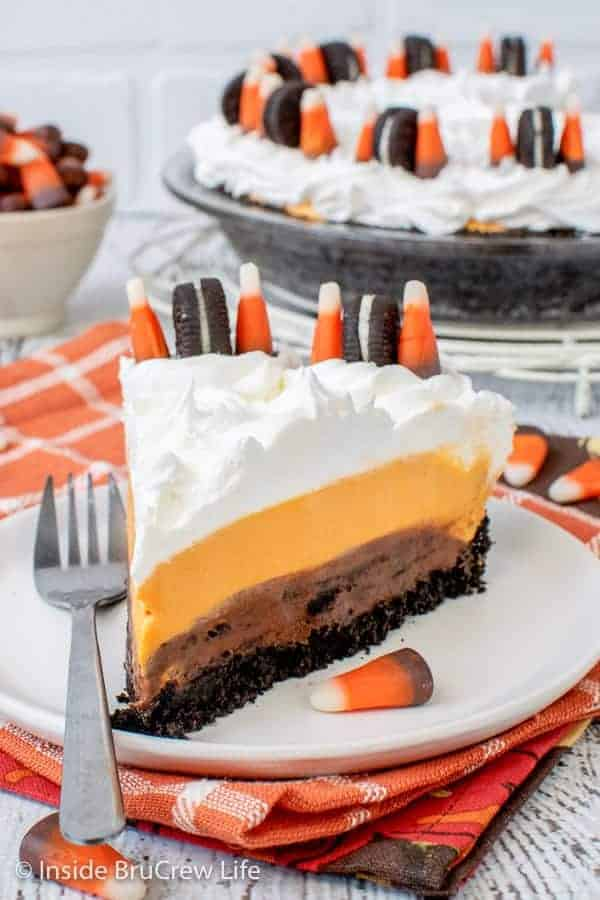 No Bake Halloween Oreo Cream Pie - this easy no bake pie has layers of cookies, no bake cheesecake, and pudding. Make this easy recipe for Halloween parties.