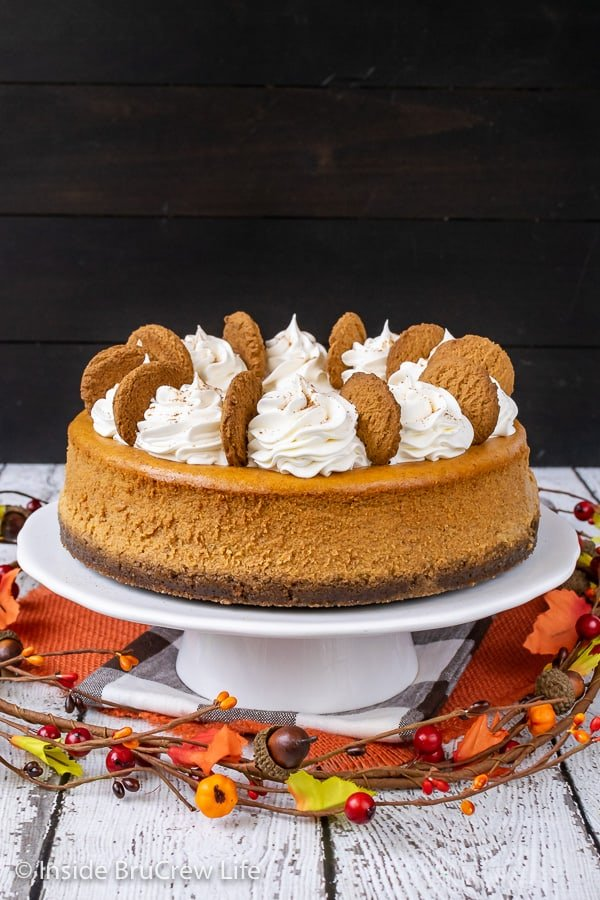 Best Pumpkin Cheesecake - this pumpkin cheesecake is rich and creamy and tastes amazing. Make this easy pumpkin spice dessert for Thanksgiving dinner. #cheesecake #pumpkin #pumkpinspice #gingersnapcookies #thanksgiving #holiday #dessert
