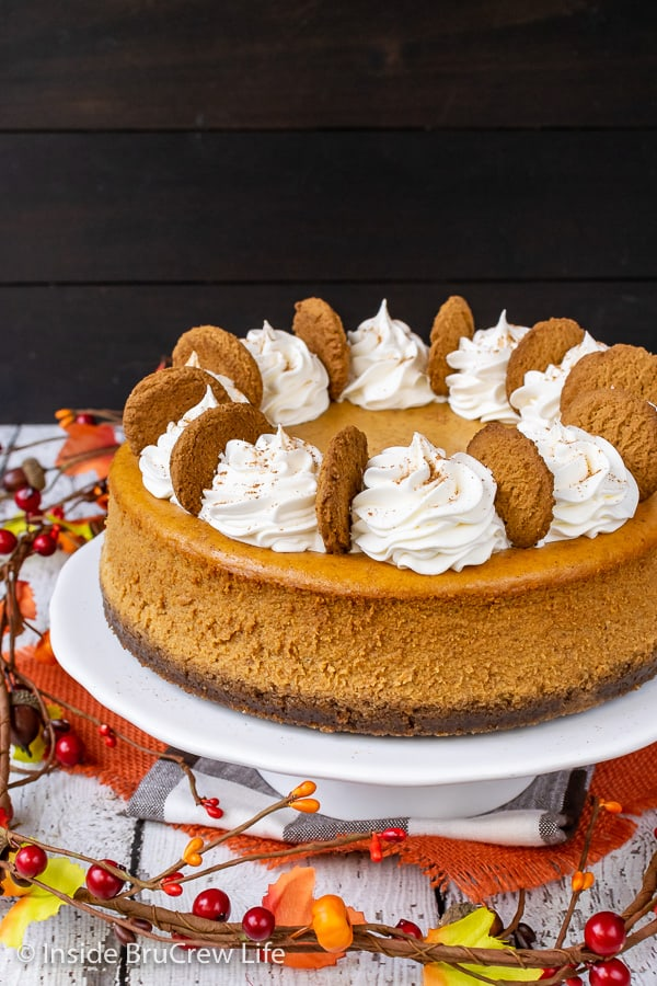 Best Pumpkin Cheesecake - this creamy pumpkin cheesecake is loaded with spices and has a gingersnap cookie crust. Add this easy recipe to your Thanksgiving day dinners. #cheesecake #pumpkin #pumkpinspice #gingersnapcookies #thanksgiving #holiday #dessert