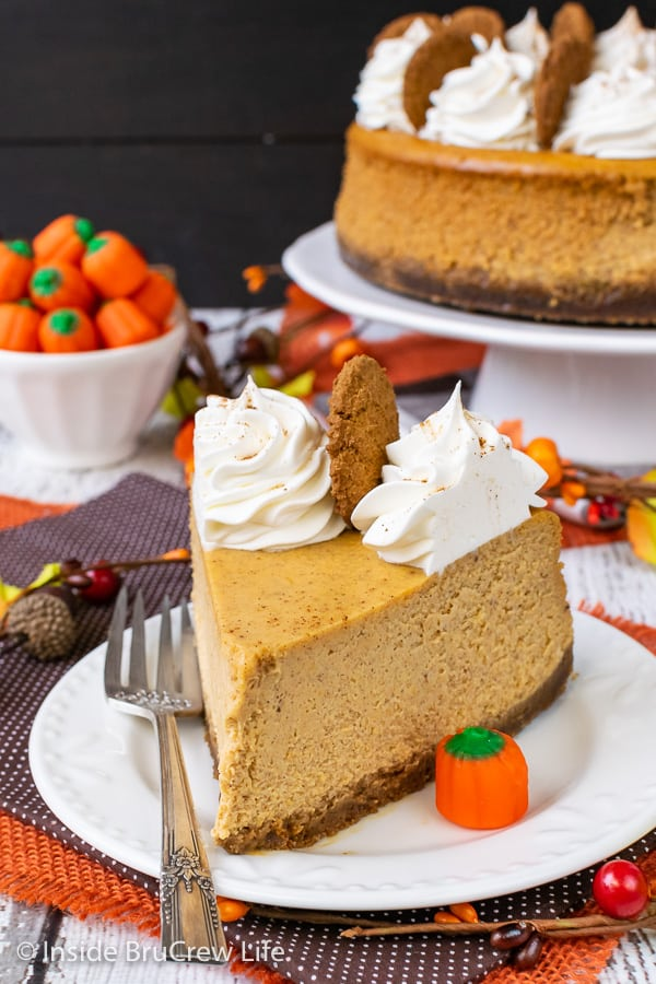 Best Pumpkin Cheesecake - lots of spices make this creamy pumpkin cheesecake taste amazing. Make this easy recipe for Thanksgiving dinner. #cheesecake #pumpkin #pumkpinspice #gingersnapcookies #thanksgiving #holiday #dessert