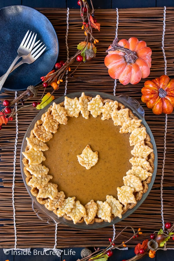 Easy Traditional Pumpkin Pie - pie crust cookies make this pumpkin pie a hit at every dinner. Make this easy recipe for holiday dinners. #pie #pumpkin #traditionalpumpkinpie #easyrecipe #piecrustcookies