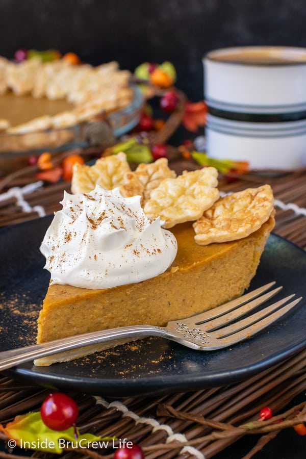 Easy Traditional Pumpkin Pie - the creamy pumpkin filling is so easy to make and tastes so sweet and delicious. Easy recipe to make ahead of time for Thanksgiving dinner. #pie #pumpkin #traditionalpumpkinpie #easyrecipe #piecrustcookies