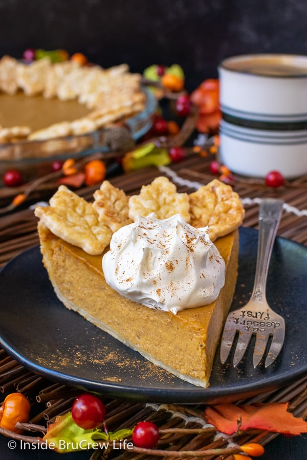 Easy Traditional Pumpkin Pie - the creamy homemade filling in this classic pie will make it a hit at every dinner. Make this easy recipe ahead of time for Thanksgiving dinner. #pie #pumpkin #traditionalpumpkinpie #easyrecipe #piecrustcookies