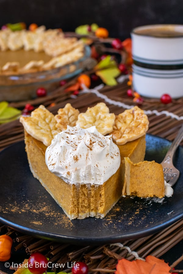 Easy Traditional Pumpkin Pie - the sweet creamy filling in this homemade pumpkin pie will have everyone asking for more. Great recipe to make ahead of time for holiday dinners. #pie #pumpkin #traditionalpumpkinpie #easyrecipe #piecrustcookies #thanksgiving #holiday