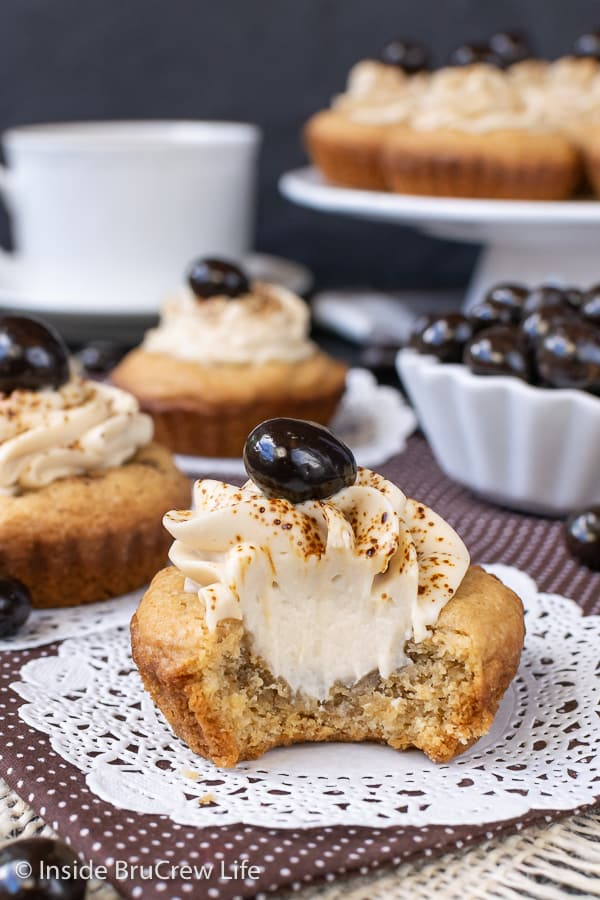 Tiramisu Cookie Cups - a creamy coffee filling makes these little coffee flavored sugar cookie cups a pretty and delicious treat. Great recipe for cookie exchanges! #cookiecups #tiramisu #coffee #cookies #espressowhippedcream