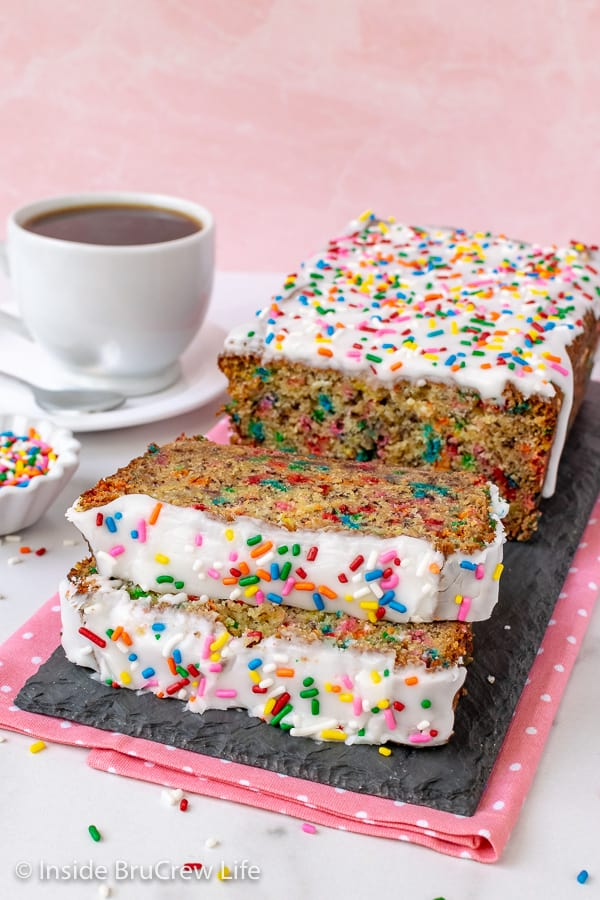 Funfetti Banana Bread - this banana bread is loaded with sprinkles and cake batter flavor. Make this easy recipe for breakfast or after school snacks. #banana #sweetbread #bananabread #funfetti #cakebatter #sprinkles