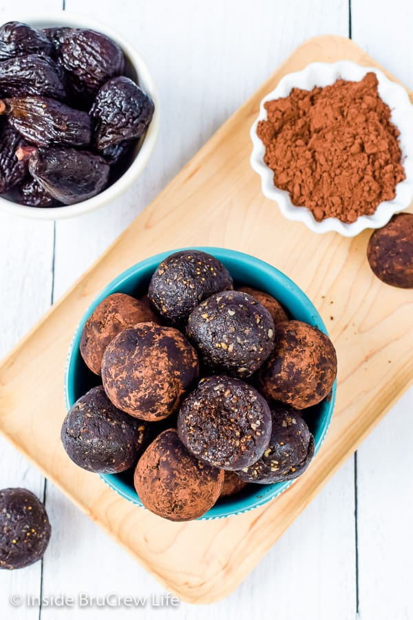 Healthy No Bake Brownie Bites - enjoy a fudgy chocolate bite when you are craving something sweet. These chocolate energy bites are easy to make and taste amazing. #healthy #energybites #browniebites #nobake #chocolate #figbars #glutenfree #vegan #paleo #energyballs