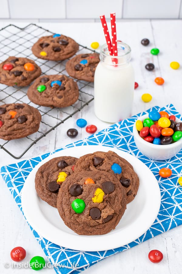 M&M Nutella Pudding Cookies - adding candy and chocolate chips to these easy pudding cookies makes them so fun and full of chocolate flavor. Great recipe to make this week for dessert. #cookies #nutella #puddingcookies #chocolate #candy #chocolatechipcookies