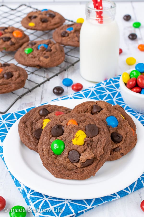 M&M Nutella Pudding Cookies - these soft pudding cookies are full of Nutella, chocolate chips, and candy. Make this fun recipe for snacks this week. #cookies #nutella #puddingcookies #chocolate #candy #chocolatechipcookies