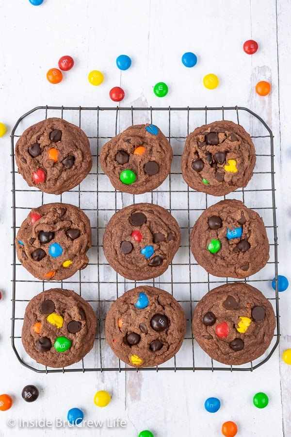 M&M Nutella Pudding Cookies - lots of chocolate chips and colorful candies make these easy pudding cookies disappear in a hurry. Great recipe to make for snacks or bake sales. #cookies #nutella #puddingcookies #chocolate #candy #chocolatechipcookies