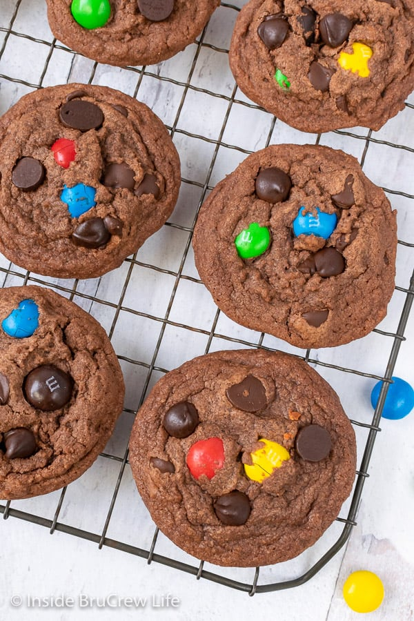 M&M Nutella Pudding Cookies - soft pudding cookies loaded with chocolate chips and candy will have everyone reaching for more. Great recipe to make and fill the cookie jar with this week. #cookies #nutella #puddingcookies #chocolate #candy #chocolatechipcookies